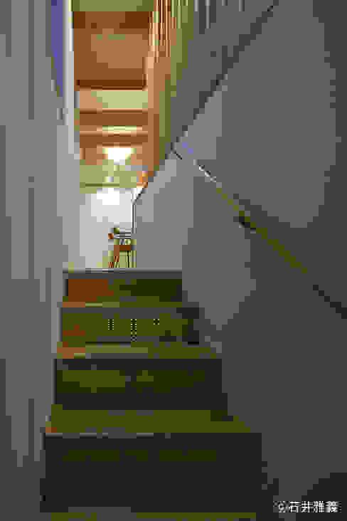 ห้องโถงทางเดินและบันไดสมัยใหม่ โดย シーズ・アーキスタディオ建築設計室 โมเดิร์น