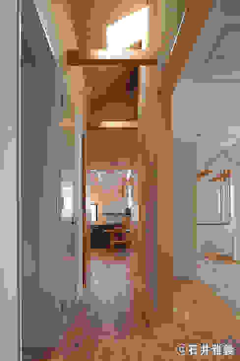 上から光が降り注ぐ中廊下 モダンスタイルの 玄関&廊下&階段 の シーズ・アーキスタディオ建築設計室 モダン
