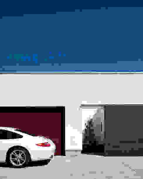 正面外観: 堺武治建築事務所が手掛けたガレージです。,モダン