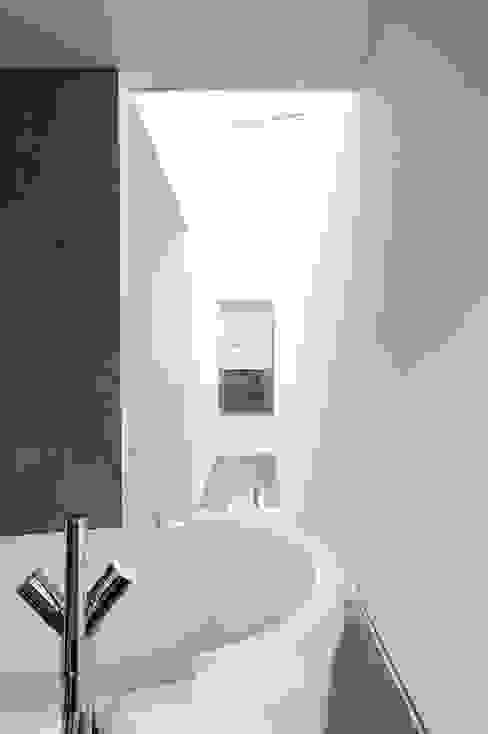 Ванная комната в стиле модерн от dreipunkt ag Модерн