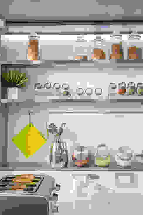 estantes en acero inoxidable de GUTMAN+LEHRER ARQUITECTAS Moderno