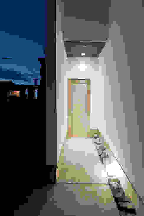 エントランス: 堺武治建築事務所が手掛けた窓です。,モダン