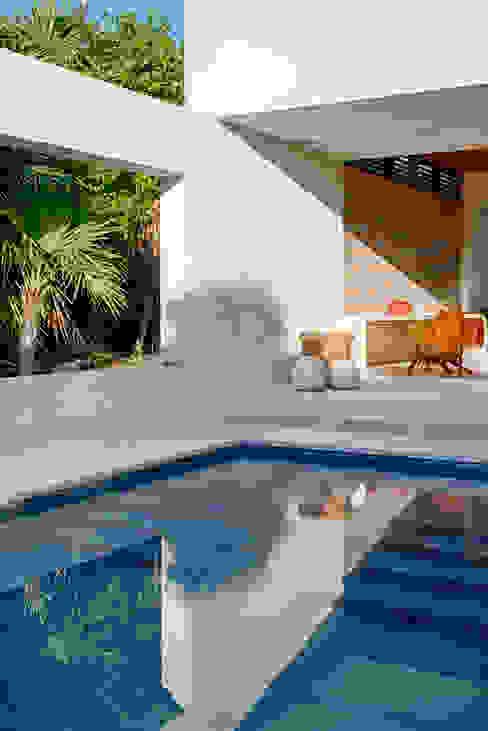 Casa Xixim Albercas tropicales de Specht Architects Tropical