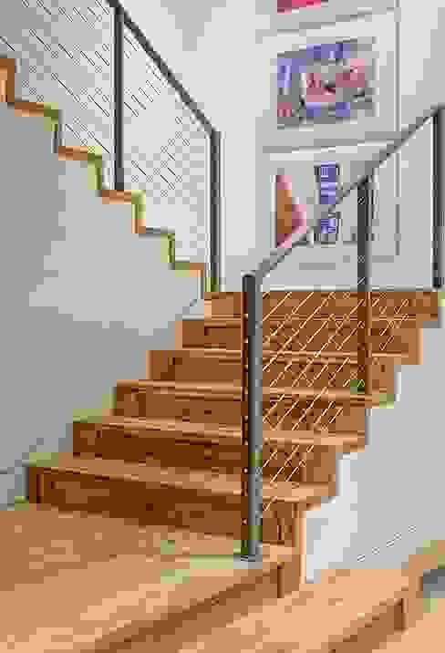 Cliff Dwelling Pasillos, vestíbulos y escaleras eclécticos de Specht Architects Ecléctico
