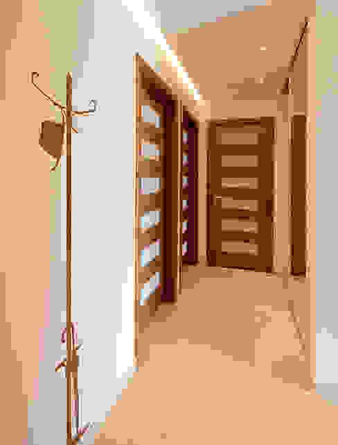 Mieszkanie na Tarchominie Nowoczesny korytarz, przedpokój i schody od Ładne Wnętrze Nowoczesny