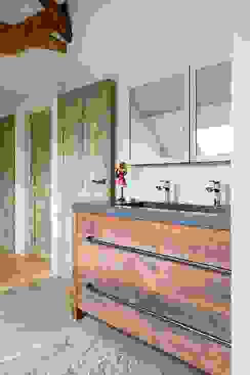 Baños de estilo industrial de homify Industrial Madera Acabado en madera