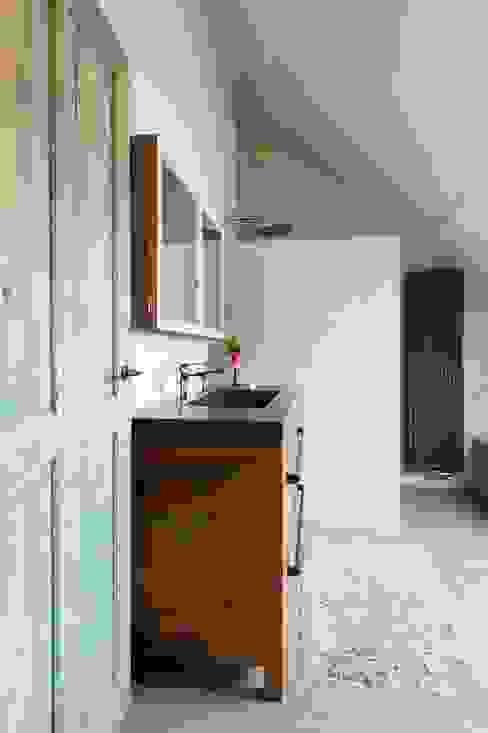 Phòng tắm bởi homify Công nghiệp Gỗ Wood effect