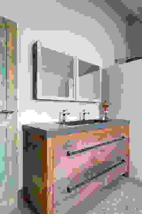 Industriële badkamers van homify Industrieel Hout Hout