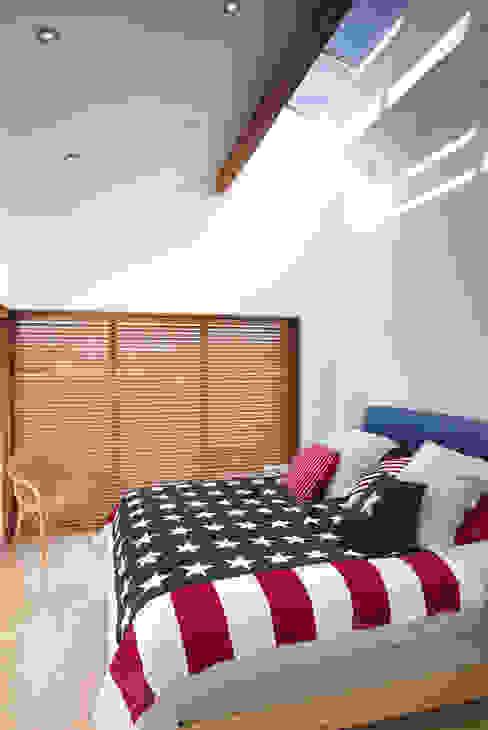 Hillside Farm Bedroom Modern style bedroom by DUA Architecture LLP Modern