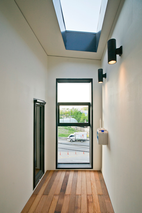 Corridor & hallway by JYA-RCHITECTS, Modern