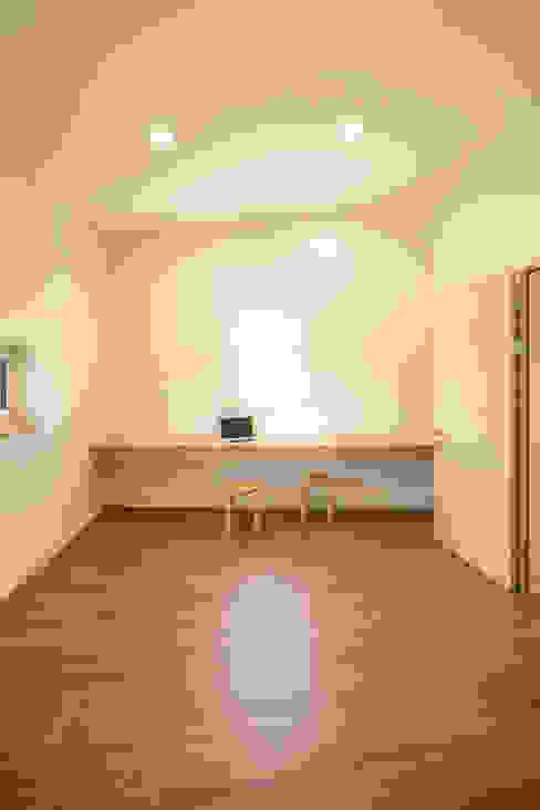Estudios y despachos de estilo moderno de JYA-RCHITECTS Moderno