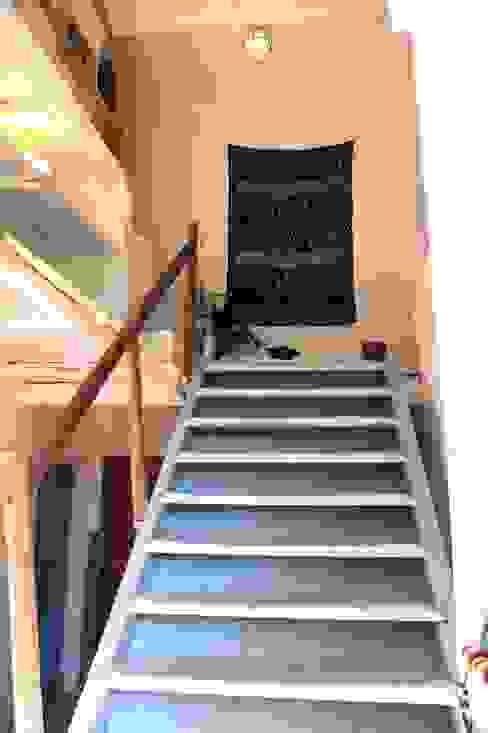 """Mas Novis, son entrée principale en """"escalier de meunier"""" Couloir, entrée, escaliers rustiques par Mas Novis Rustique"""