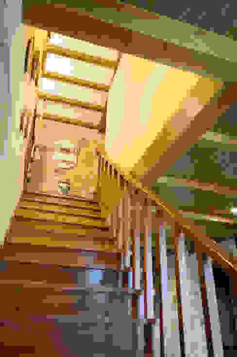 Wiejski korytarz, przedpokój i schody od Intra Arquitectos Wiejski