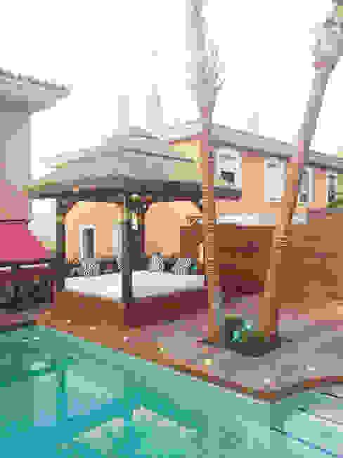 CAMA BALINESA O CAMA CHILL OUT Balcones y terrazas de estilo tropical de GRUPO ROMERAL Tropical Madera Acabado en madera