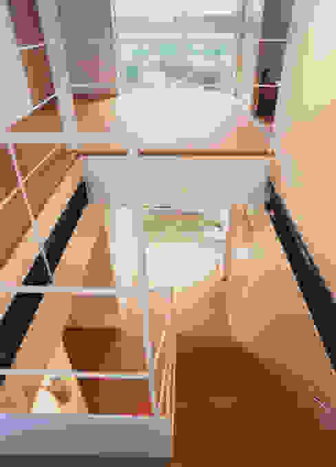 Vestíbulos, pasillos y escaleras de estilo  por 原 空間工作所 HARA Urban Space Factory
