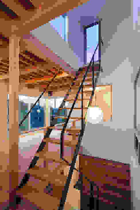 屋上テラスへ上がるスチール階段 モダンスタイルの 玄関&廊下&階段 の HAN環境・建築設計事務所 モダン 金属