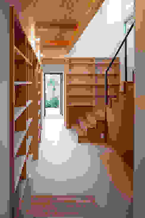 1階階段廻り書籍スペース: HAN環境・建築設計事務所が手掛けた廊下 & 玄関です。,モダン 木材・プラスチック複合ボード