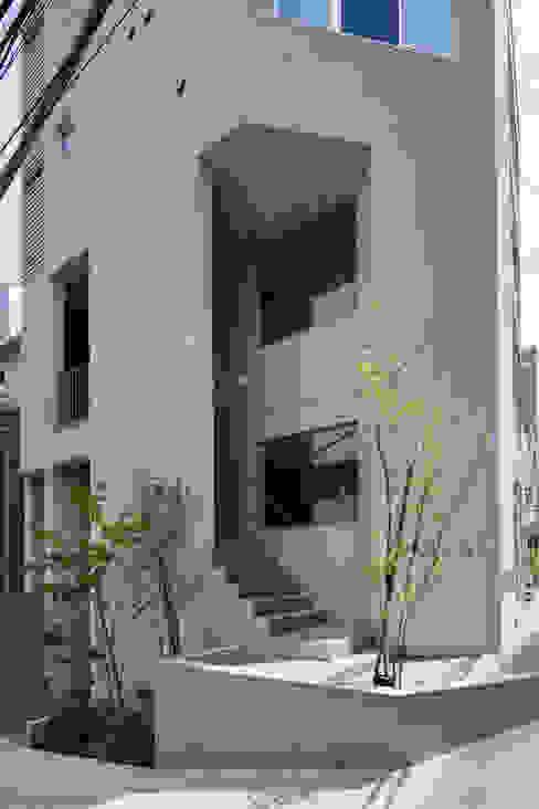 2階テナント階段 モダンな 家 の HAN環境・建築設計事務所 モダン