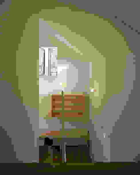 習志野台の家: シミズアトリエ 一級建築士事務所が手掛けた廊下 & 玄関です。,ミニマル 木材・プラスチック複合ボード