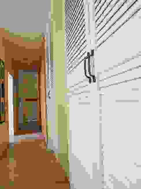 Corredores, halls e escadas ecléticos por homify Eclético