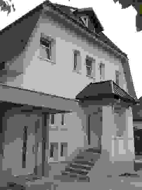 Getrennte Hauseingänge von Architekturbüro Eberhardt Klassisch