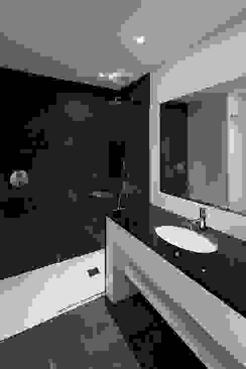 Reforma de vivienda en Arturo Soria, Madrid Baños de estilo minimalista de Fernando Nieto Arquitecto Minimalista