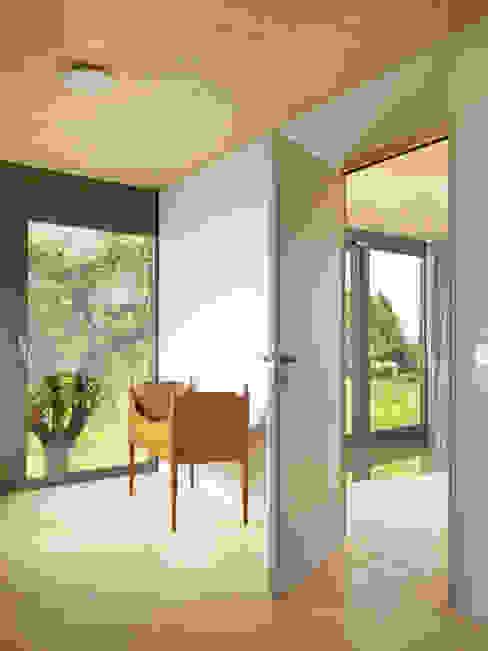 Puertas y ventanas de estilo moderno de LOCALARCHITECTURE Moderno