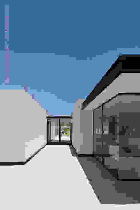 Fachada noreste superior: Casas de estilo  por BROISSIN, Moderno