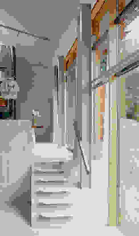 Janelas e portas modernas por KRFT Moderno