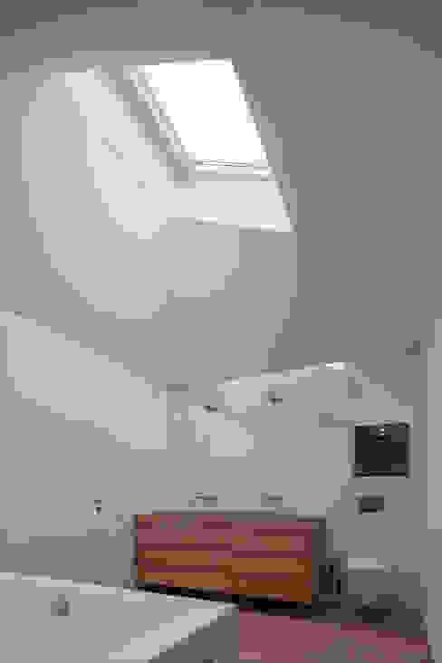モダンスタイルの お風呂 の Unterlandstättner Architekten モダン