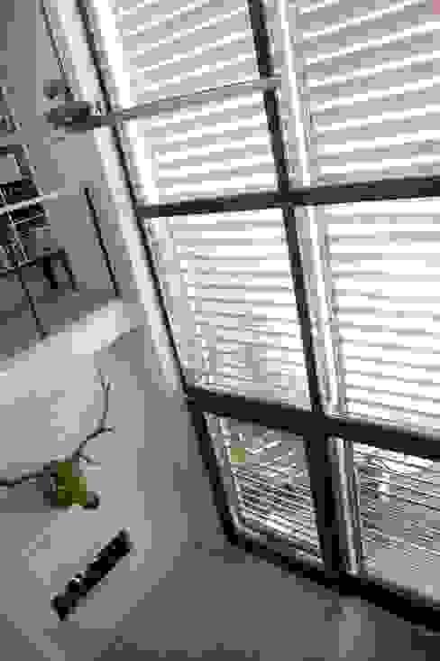 WOONHUIS MET FOTOSTUDIO_03:  Woonkamer door HOYT architecten,