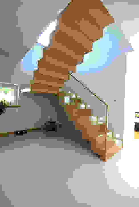 Projekt wnętrza domu w Łodzi 160mkw. Nowoczesny korytarz, przedpokój i schody od Piotr Stolarek Projektowanie Wnętrz Nowoczesny