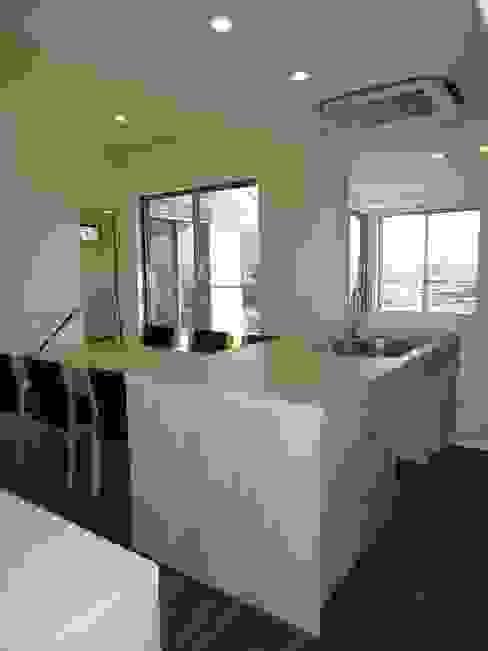 海の見える家: 鶴巻デザイン室が手掛けたキッチンです。,モダン