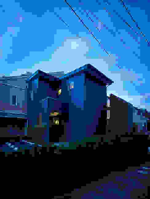 Maisons modernes par 鶴巻デザイン室 Moderne