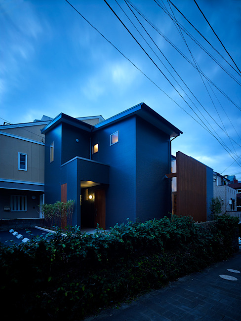 Casas modernas de 鶴巻デザイン室 Moderno