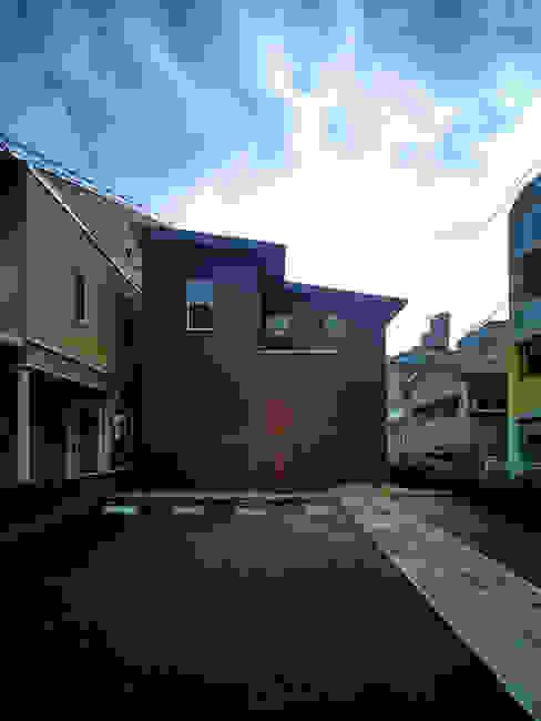 Moderne huizen van 鶴巻デザイン室 Modern