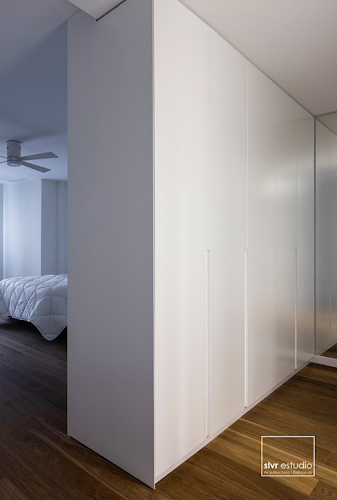 Camera da letto in stile scandinavo di slvr estudio Scandinavo