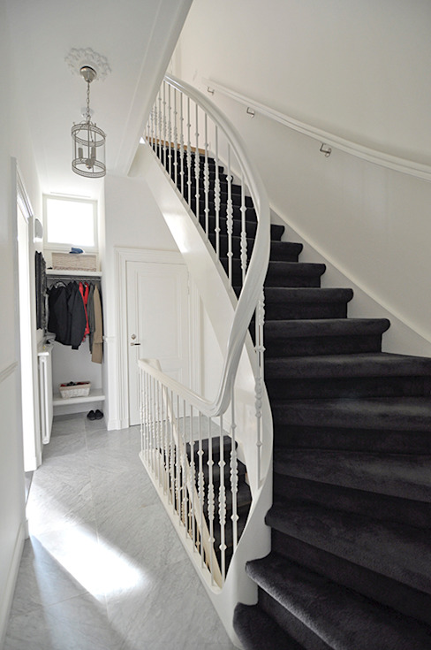 Classic style corridor, hallway and stairs by Lumen Architectuur Classic