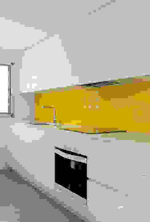 Minimalistyczna kuchnia od slvr estudio Minimalistyczny
