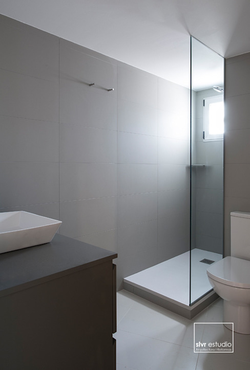 Minimalist bathroom by slvr estudio Minimalist