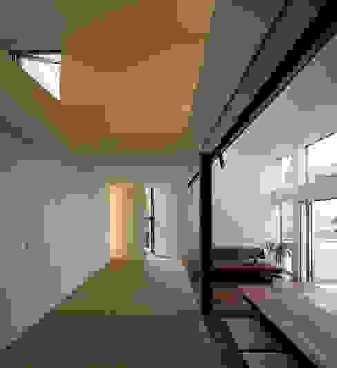 広間 モダンデザインの リビング の 岩瀬隆広建築設計 モダン