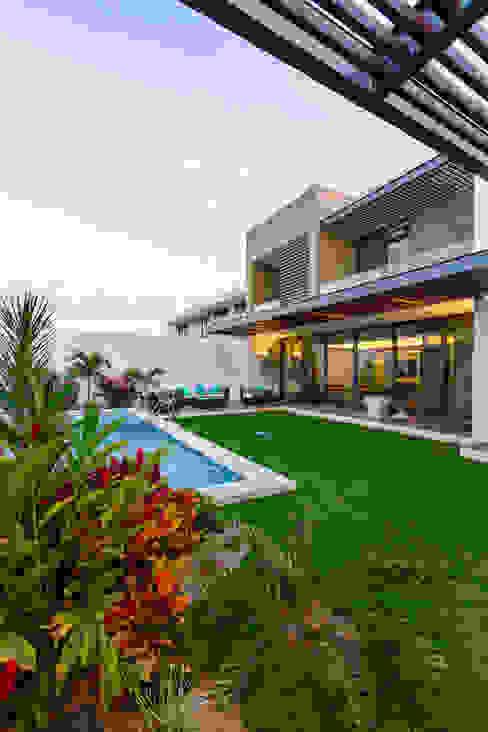 Jardines de estilo  por Enrique Cabrera Arquitecto, Moderno
