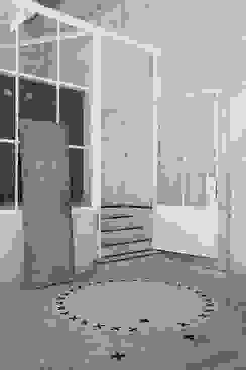 Vloerkleed Kisses in een industriele omgeving :  Gang, hal & trappenhuis door Evelien Lulofs,
