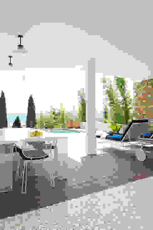 地中海デザインの テラス の nesso 地中海