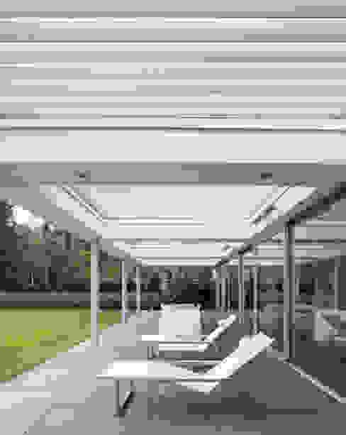 Overdekt terras met Livium shares:  Terras door Lab32 architecten, Modern
