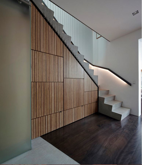 Photo by Brett Boardman Ingresso, Corridoio & Scale in stile moderno di Sam Crawford Architects Moderno