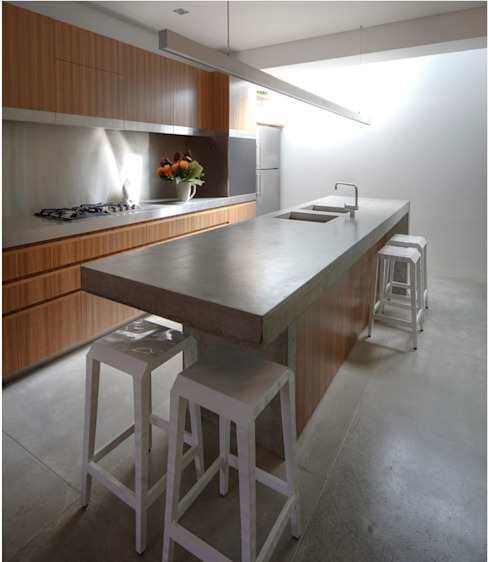 Photo by Brett Boardman Cucina moderna di Sam Crawford Architects Moderno