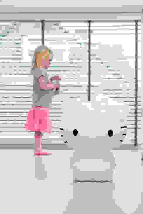Figuurlamp in de kinderkamer: modern  door Girlslabel, Modern
