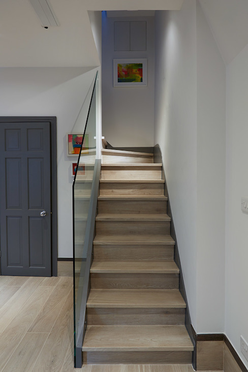 CONTEMPORARY GLASS STAIRCASE by IS AND REN STUDIOS LTD Сучасний
