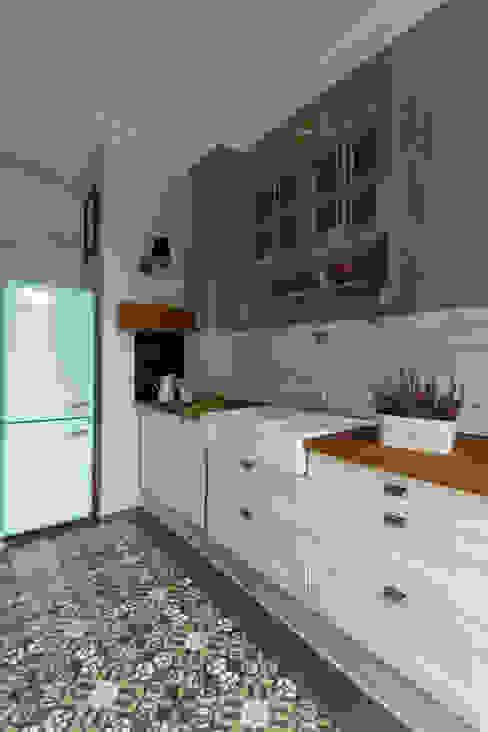 Projekt wnętrz domu kraków Rustykalna kuchnia od MOCOLOCCO Rustykalny